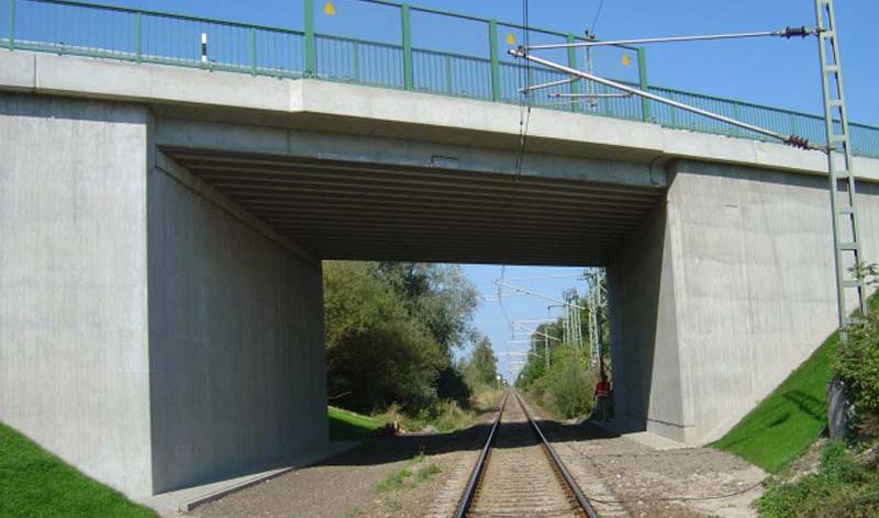 Brücke über die Bahnanlagen im Zuge der B 194 bei Waldberg